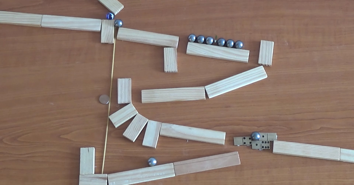 Egyszerű, mégis rendkívül látványos Rube Goldberg-gépet fabrikáltak össze