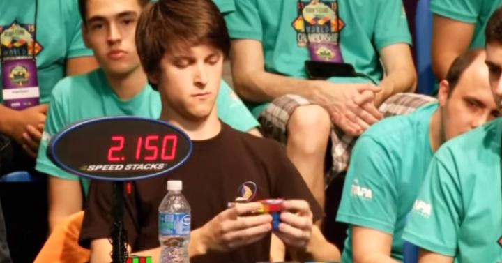 5,695 másodperc kellett ennek a srácnak a Rubik-kocka kirakásához