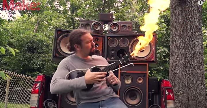 Ha bírtad a Mad Max-ben a lángoló ikernyakú gitárt, akkor ezt imádni fogod