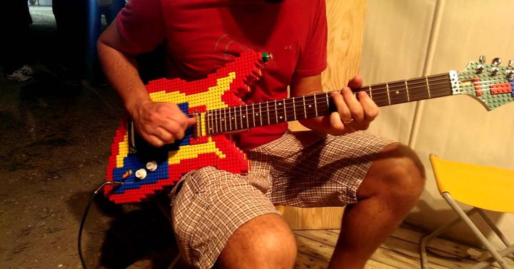 Szóval ez az ember Legóból épített egy működő gitárt
