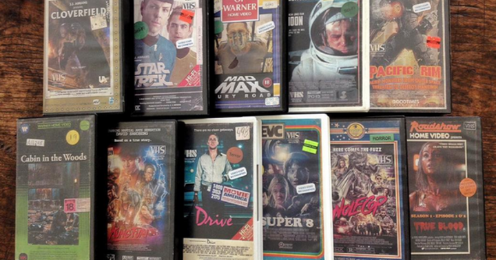 Egy művész VHS-borítókat készít modern filmekhez