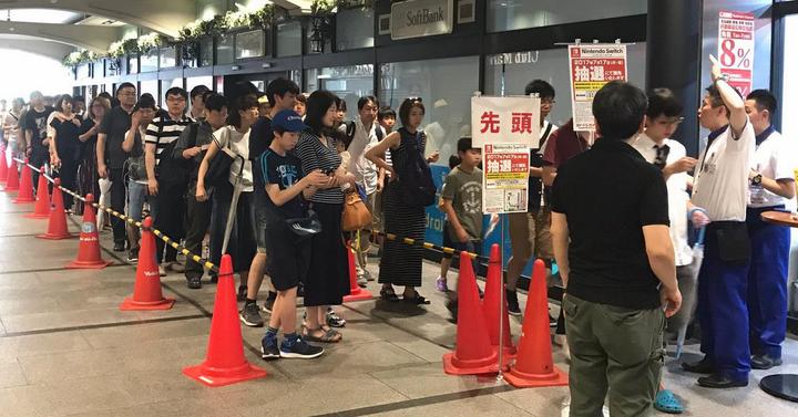 Őrült sorok kígyóznak Japánban egy-egy Nintendo Switch-ért
