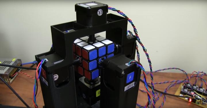 Ez a robot 1 másodperc alatt rakja ki a Rubik-kockát