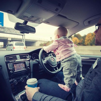 Veszélyt kereső babával sokkolja egy apuka a világot