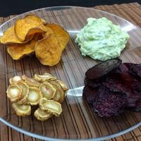 Cékla-burgonya-gyökér chips avokádós tzatzikivel