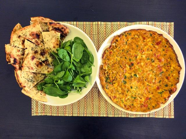 Bombay omlett fokhagymás naan-nal