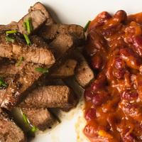 Cajun steak BBQ-s vörös babbal