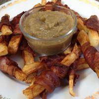 Bacon-be tekert sült krumpli padlizsánkrémmel
