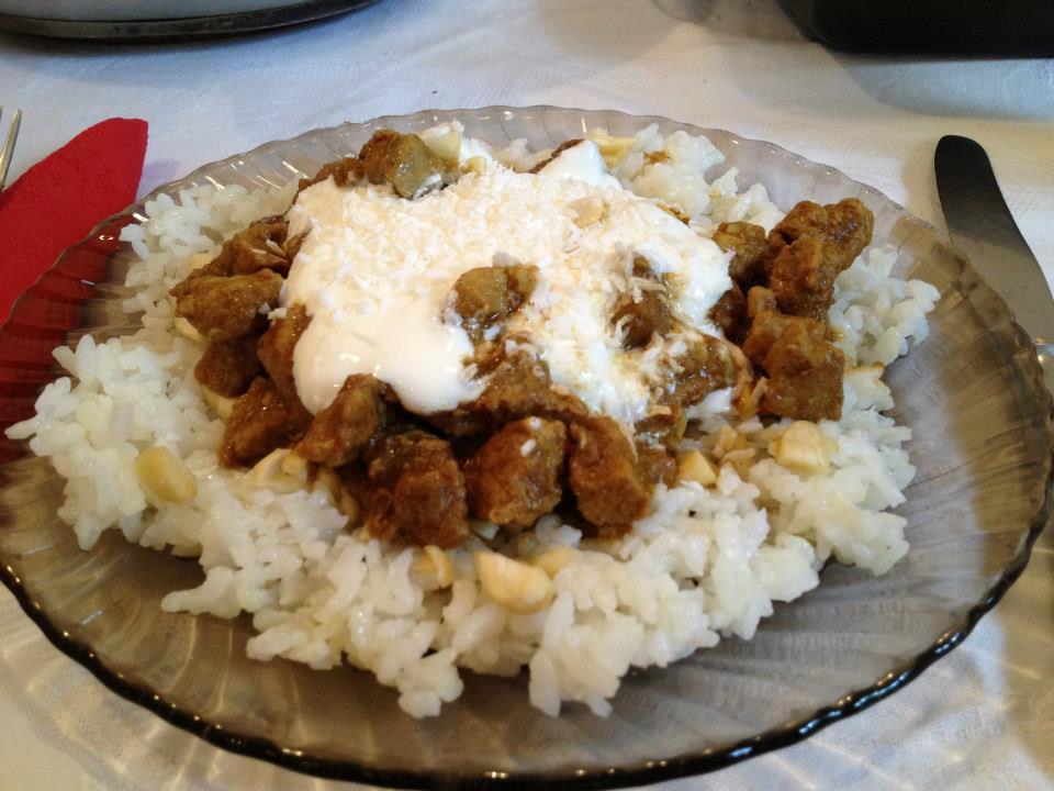 Curry-s sertésragu mandulás rizzsel, tejföllel és kókusszal.jpg