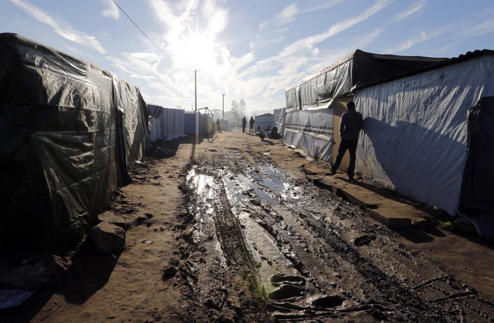 Egyre nagyobbra nő a spontán kialakult menekülttábor (helyi nevén: Új Dzsungel) a franciaországi Calais mellett, ahol a bevándorlók ara várnak, hogy átkelhessenek valamikor az Egyesült Királyságba. (f.: Reuters)