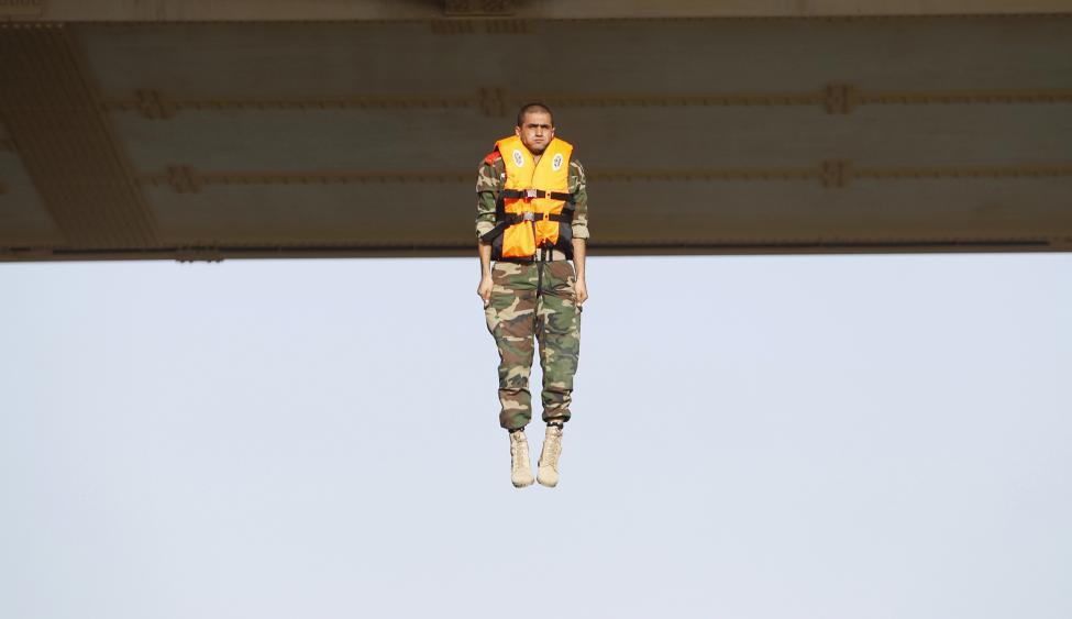 Iraki katona ugrik le a Bagdad melletti hídról, ezzel teljesítve az egyik tradicionális mérföldkövét a kiképzésének. (f.: Reuters)
