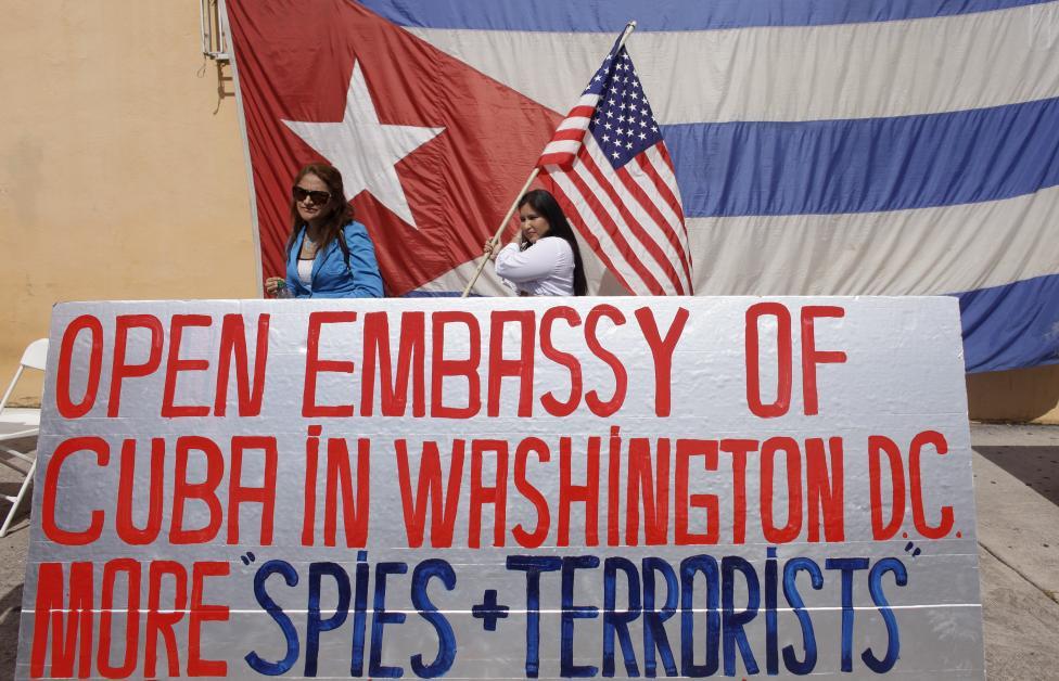 Castro-ellenes aktivisták tüntetnek Kis-Havannában, Miamiban. Hétfőn az Egyesült Államok és Kuba újra megnyitották egymás országaiban nagykövetségeiket, az enyhülés a két ország között azonban nem mindenkinek tetszik feltétlenül. (f.: Reuters)