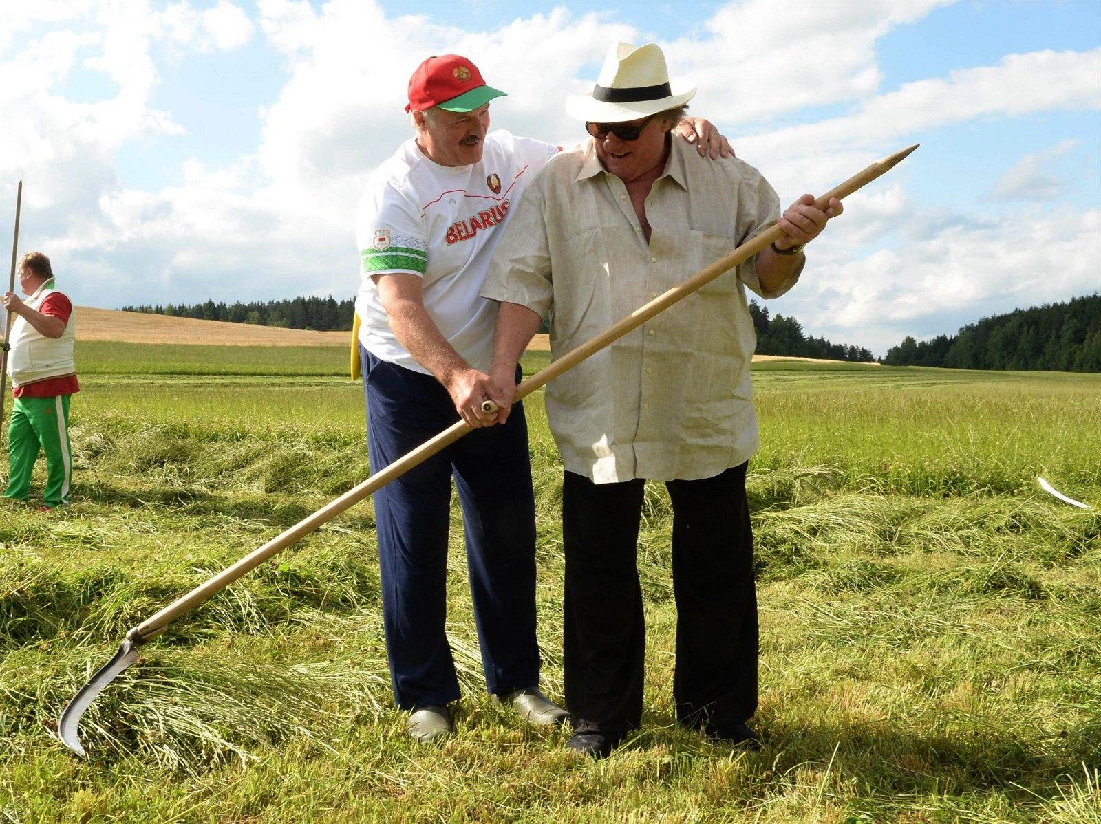 Gerard Depardieu-t tanítja kaszálni a fehérorosz elnök,  Alekszandr Lukasenko. (f.: AFP)