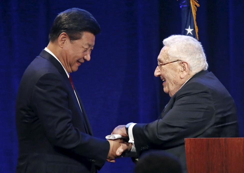 A kínai elnök, Hszi Csin-ping amerikai útja során fog kezet a volt külügyminiszterrel, Henry Kissinger-rel. (f.: Reuters)
