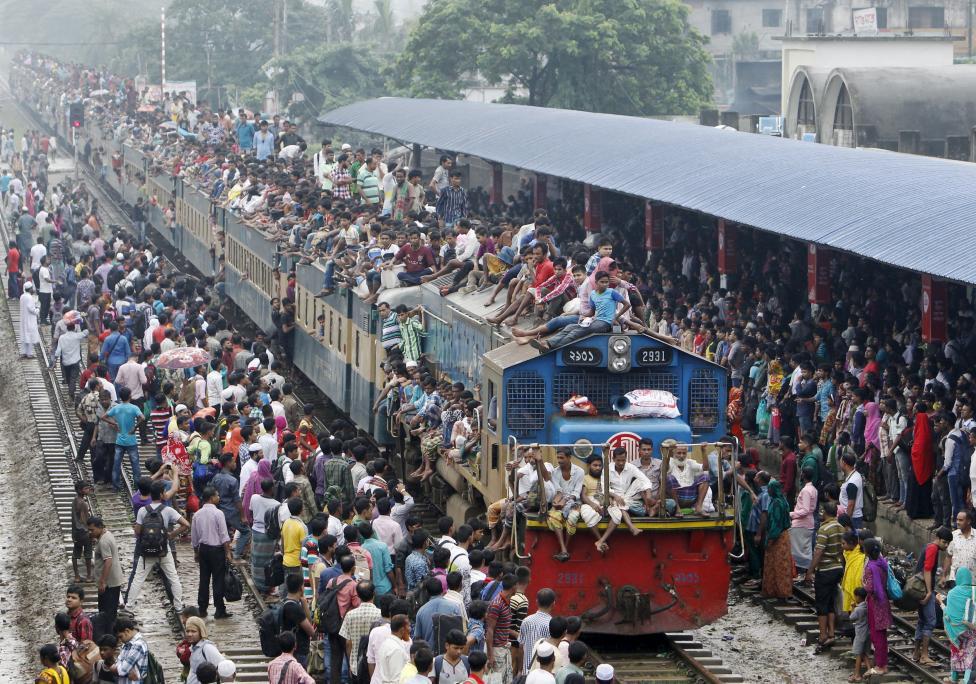 Tömegek próbálnak minden módon felkerülni a bangladesi Dhaka városában lévő vonatállomáson álló szerelvényre, hogy hazatérjenek megünnepelni a helyi ünnep, az Eid-al-Adha-t. (f.: Reuters)
