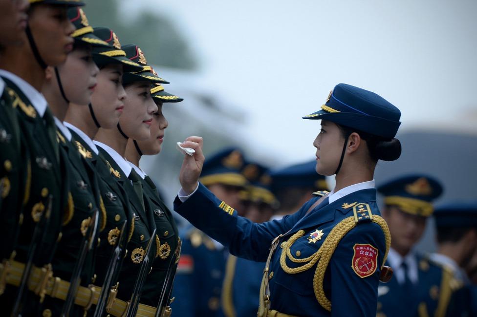 Kínai  női díszőrség készül elő az új-zélandi vezérkari főnökének, Jerry Mateparae vezérőrnagy és a kínai elnök, Hszi Csin-ping ékezésére a pekingi Nagy Népi Csarnok előtt. (f.: AFP)