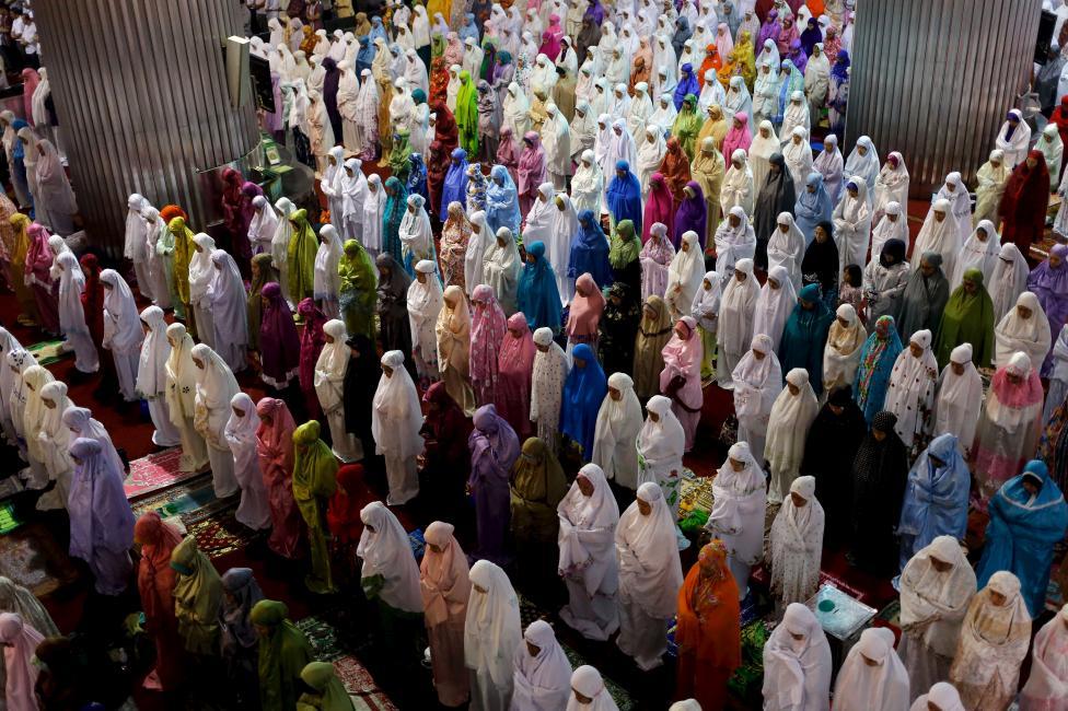 Indonéz muszlim nők vesznek részt a muzulmán világ böjti hónapjának, a Ramadán okán tartott közös imádkozáson. (f.: Reuters)