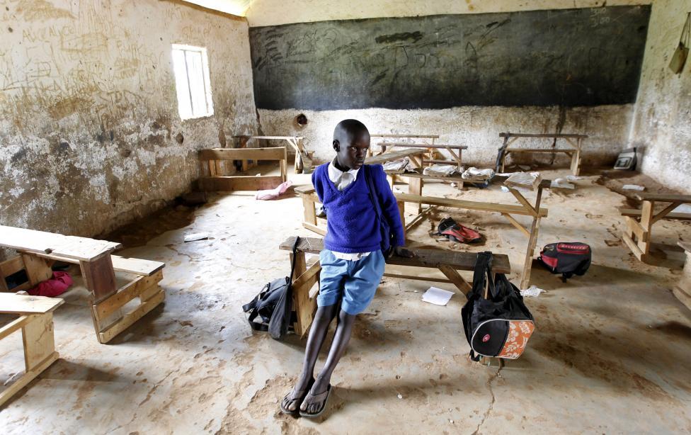 A hét éves Barack Obama Okoth - aki nem meglepő módon az amerikai elnök után kapta nevét -  üldögél az Obama Szenátor Általános Iskolába egyik üres tantermében, a kenyai Nyangoma-ban. Obama elnök hamarosan látogatást tesz az országban, ahonnan családja is származik. (f.: Reuters)