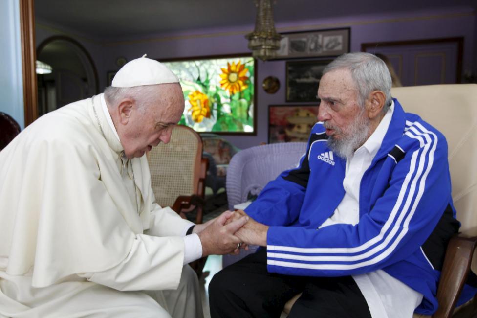 Ferenc pápa és Fidel Castro fogják egymás kezét Havannában történt találkozásukkor. (f.: Reuters)