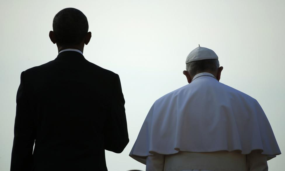 Barack Obama amerikai elnök és Ferenc pápa állnak egymás mellett a katolikus egyházfő ünnepélyes érkezésekor Washingtonban. (f.: Reuters)