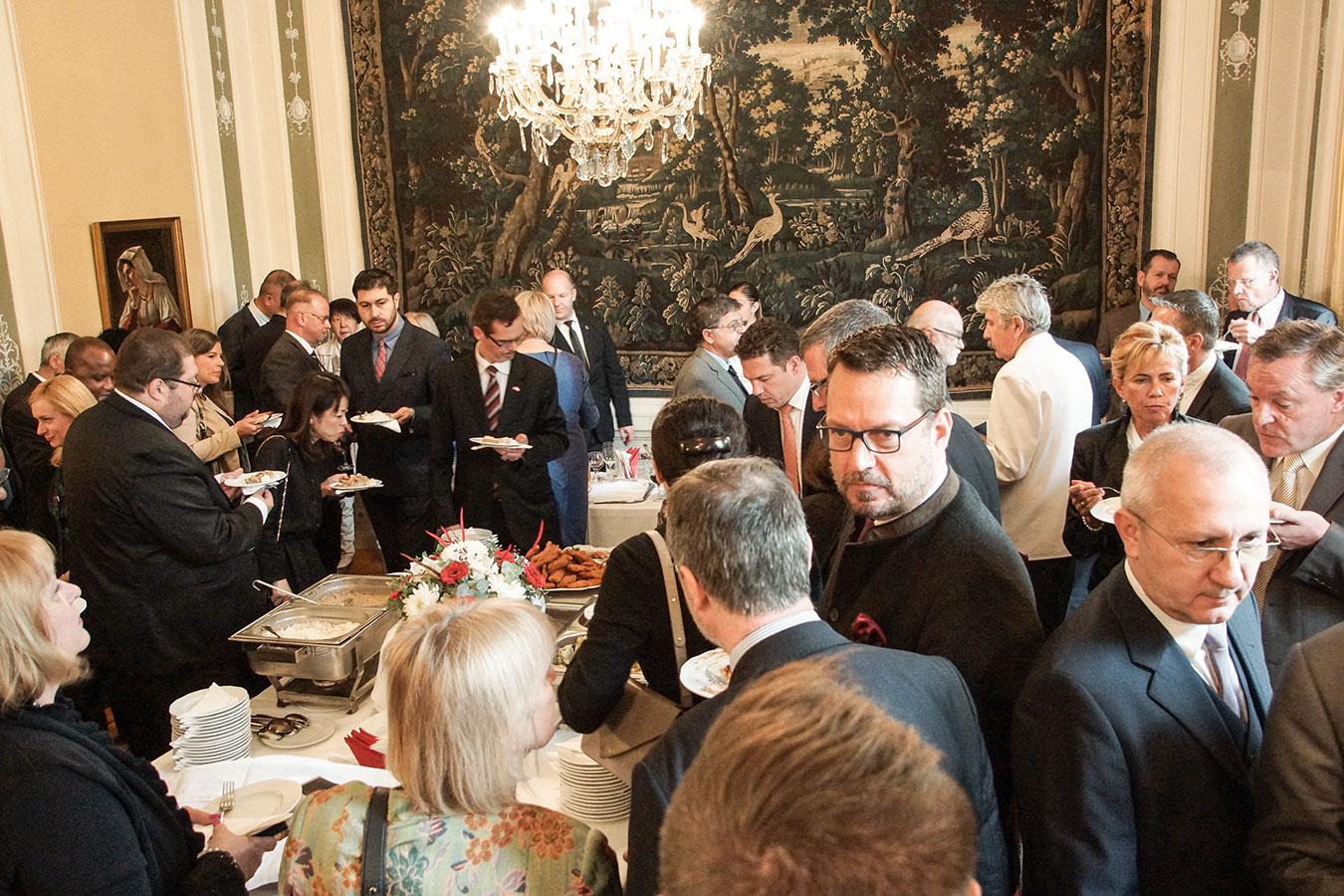 Niclas Trouvé svéd nagykövet sem hagyta ki a kóstolást<br /><br />(Fotó: Aigner Ivan)