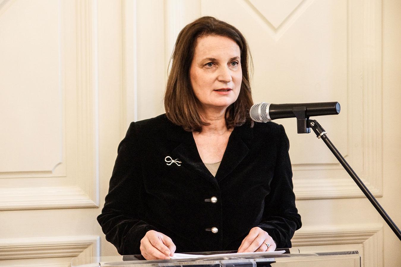 Elisabeth Ellison-Kramer nagykövet ünnepi beszédet mond a jelen lévő vendégeknek<br /><br />(Fotó: Aigner Ivan)