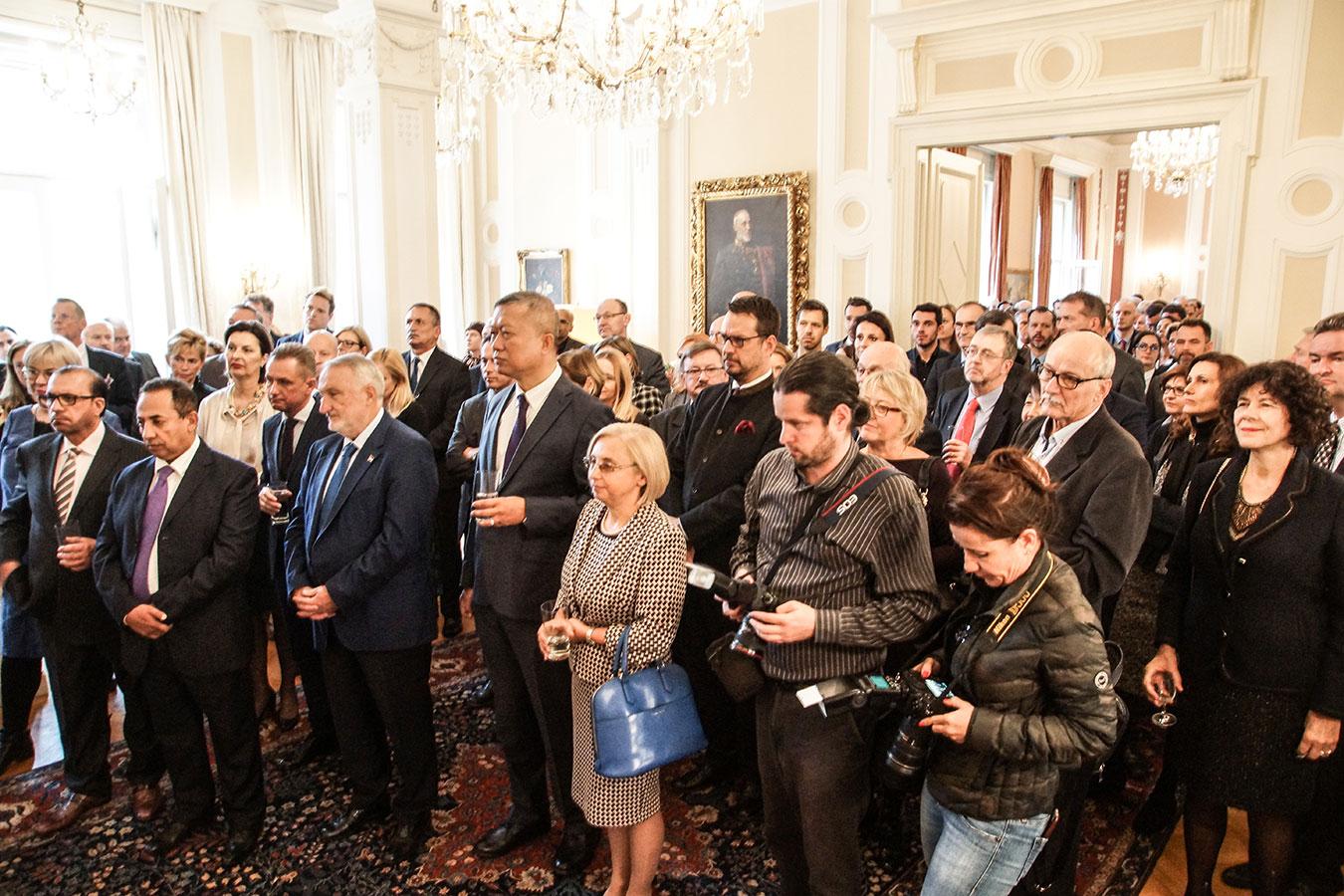 Az Elisabeth Ellison-Kramer nagykövet ünnepi beszédét hallgató, népes vendégsereg<br /><br />(Fotó: Aigner Ivan)