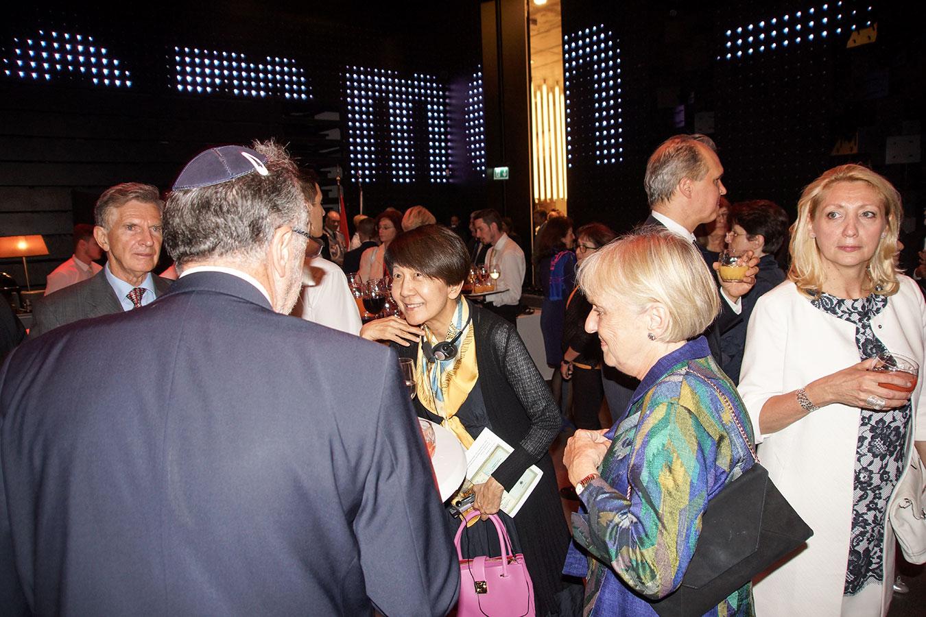 A japán és dán nagykövet asszony a Mazsihisz elnökével társalog<br />(Fotó: Aigner Ivan)