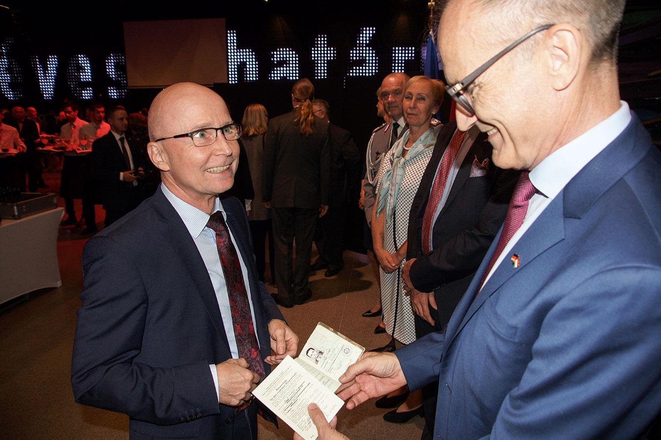 Őexc. Volkmar Wenzel német nagykövet egy egykori NDK-s menekülttel, aki magával hozta az akkori hivatalos igazolványát<br />(Fotó: Aigner Ivan)