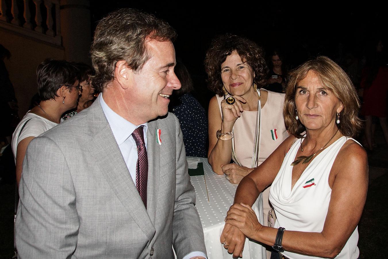 Őexc. René van Hell, a Holland Királyság (balra) és Marie-France André, a Belga Királyság nagykövete (jobbra)