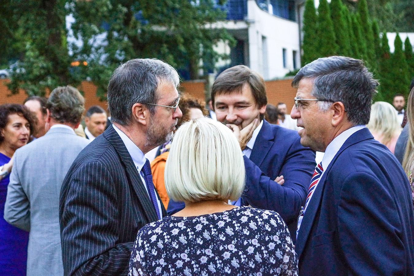 Őexc. Pat Kelly, az Ír Köztársaság nagykövete (balra)