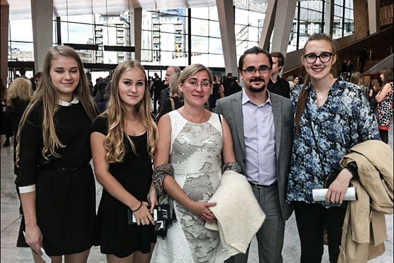 A nagykövet családja az Oslói Operaházban: fia, Tor Jan édesanyja, lánytestvérei és jegyese, Ingvild ölelésében (Privát fotó)