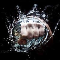 Elképesztő fényképsorozat a kéz és víz játékáról