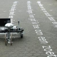 A robot, ami verseket ír a földre homokkal