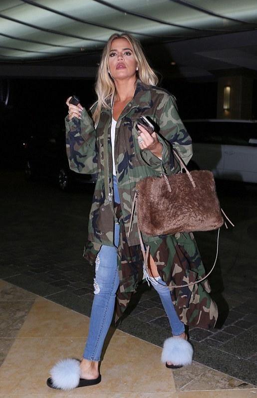 ...És Kim testvérei, mint például Khloe, aki a jelen képen szőrös Balenciaga táskát visel. Forrás: modesens.com