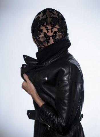 Sarah Burton for Alexander McQueen, a maszkot Camilla Nickerson (Vogue) viseli.<br />fotó: Olivia Bee a Vogue-nak<br />forrás: theredlist.com
