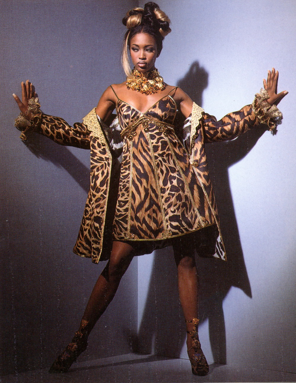 Naomi Campbell in Gianni Versace Ensemble, photographed by Patrick Demarchelier for Vogue, 1992, forrás: theredlist.com