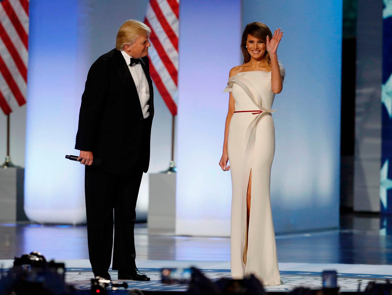 Donald J. Trump és Melania Trump, Hervé Pierre és saját maga által tervezett estélyiben, forrás: independent.ie