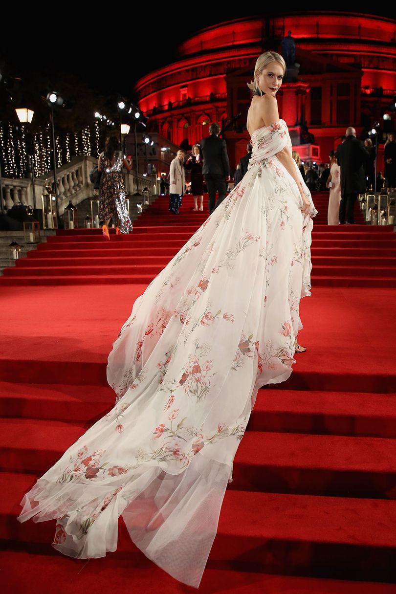 Poppy Delevingne Giambattista Valli ruhában és Aquazzura cipőben. Forrás: vogue.co.uk
