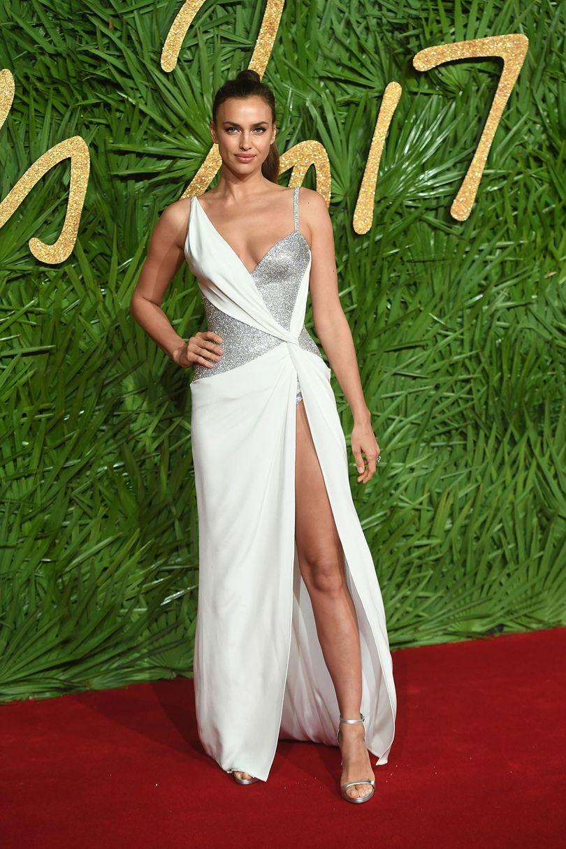 Irina Shayk Versace ruhában, forrás: Vogue UK