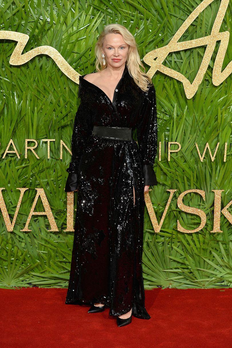 Pamela Anderson, 16 Arlington ruhát és Amishi fülbevalókat visel. Forrás: vogue.co.uk