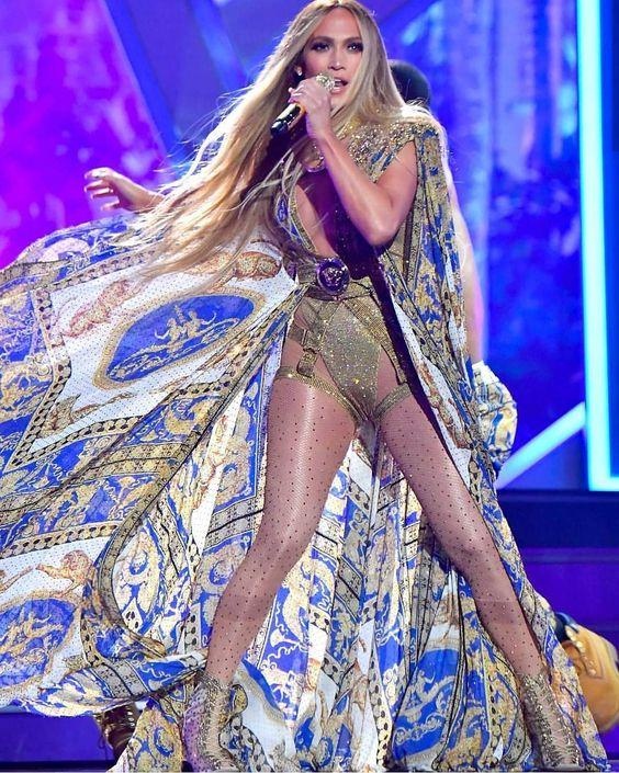 Jennifer Lopez az MTV VMA 2018 eseményen, előadás közben, forrás: Pinterest