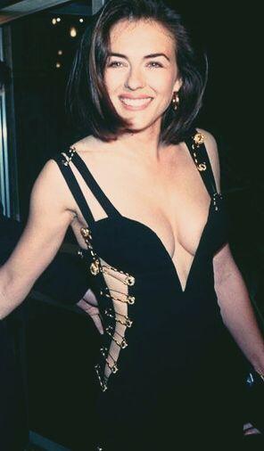 Elizabeth Hurley egy ikonikus Versace ruhában, forrás: Pinterest