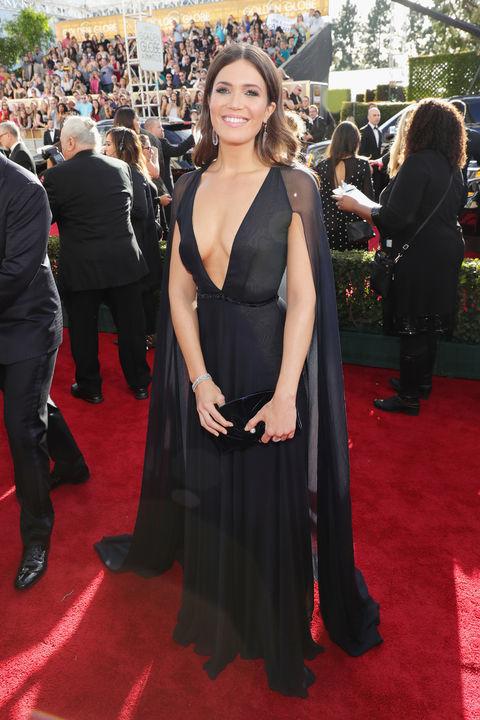 Mandy Moore a gyönyörű fekete ruhájával ugyan nem lógott ki teljesen a Golden Globes vörös szőnyegéről, többen is viselték a színt, viszont a ruha, szerintem telitalálat. Nagyszerű ruhaválasztás, kellőképpen nőies, könnyed és mérhetetlenül elegáns.  Ruha: Naem Khan Fotó: Harper's Bazaar
