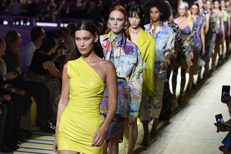 A Bella Hadid által vezetett Versace Army, SS19, forrás: vogue.com
