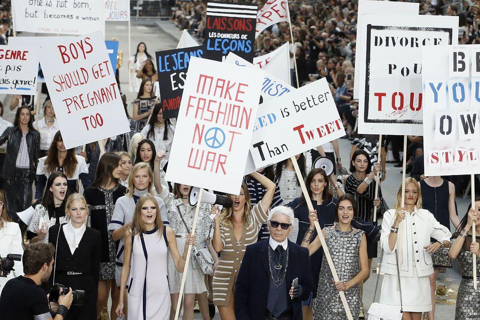 'Make fashion not war' tematikájú Chanel bemutató 2014-ből, forrás: Harper's Bazaar US