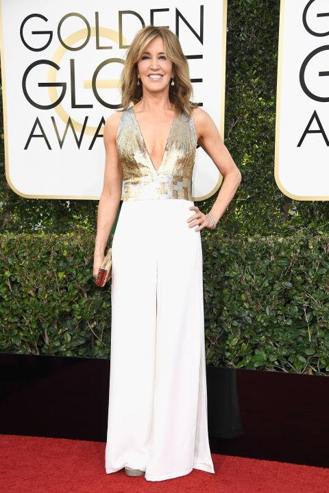 Felicity Huffman idén begyűjtött egy GG jelölést is, ám sajnos nem váltotta díjra, de ragyogott a vörös szőnyegen. Imádom a fehér ruhákat és színt, és szerintem ez a kreáció nagyon passzolt hozzá, mind a Georges Chakra ruha szabása nagyon jól áll az 54 éves színésznőnek, mind pedig a fehér-arany színösszeállítás. Fotó: Harper's Bazaar
