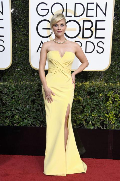 Reese Witherspoon sárgája fantasztikus volt. Az Atelier Versace ruha könnyed és mégis végtelenül elegáns, a szín pedig fantasztikus! Több helyen is olvastam, hogy az idei Arany Glóbusz vörös szőnyege a sárga színről szólt, és nagyon veszélyes egy szín és személy szerint nagyon örülök, hogy ezt most a csillagok egytől egyik megcáfolták, és Reese Witherspoon kisasszony ebben éllovasa volt az estének. Ruha: Atelier Versace Ékszer: Tiffany & Co. Fotó: Harper's Bazaar