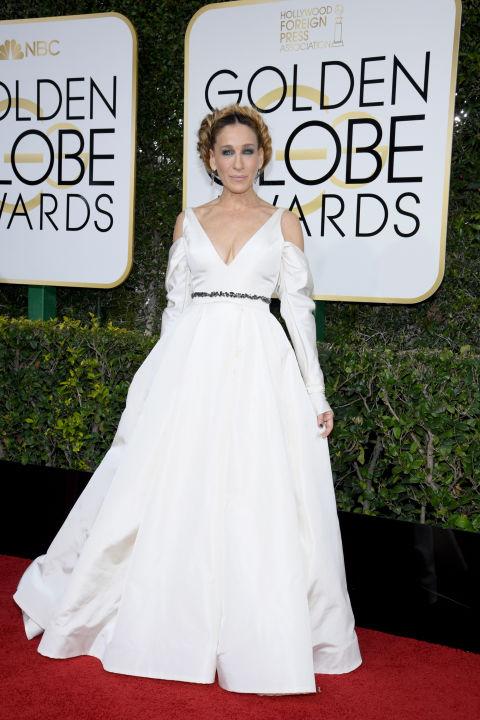 Sarah Jessica Parker Vera Wang ruhája ugyan gyönyörű volt, és menyasszonyok számára előszeretettel ajánlják a külföldi lapok és én is, ugyanakkor ez volt az az outfit az este során, ami a legkevésbé nyerte el a tetszésemet. Egyszerűen a frizura, smink, ruha és maga SJP nekem nagyon nem volt összhangban. Láttunk ennél már sokkal jobbakat is az egyébként Golden Globe-ra jelölt SJP-től. Ruha: Vera Wang Fotó: Harper's Bazaar