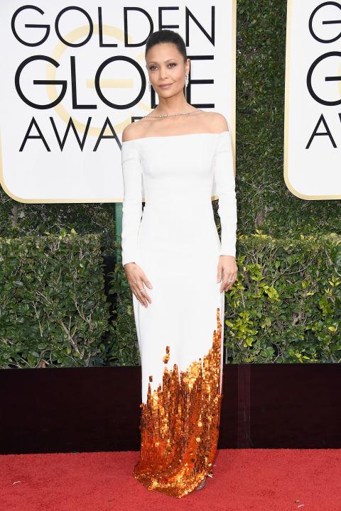 Thandie Newton, a Westworld sztárja (én már alig várom a folytatást) szintén fehér ruhát választott és nagyon, és nagyon jól állt neki. A végtelenül elegáns megjelenést kölcsönző Monse fehér és rosegold ruha és Henry Winston ékszerek pompás összhangja szerintem a színésznő egzotikus szépségét még jobban kiemelték. Nem csoda, hogy ragyogni akart, hiszen őt is jelölték.  Ruha: Monse Ékszerek: Henry Winston Fotó: Harper's Bazaar